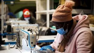 El Sindicat Manter de Barcelona fabrica mascaretes i material sanitari pels hospitals