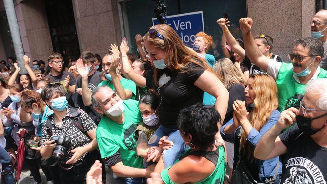 Activistes de la PAH i sindicats d'habitatge aturen el primer desnonament mediàtic de l'estat d'alarma