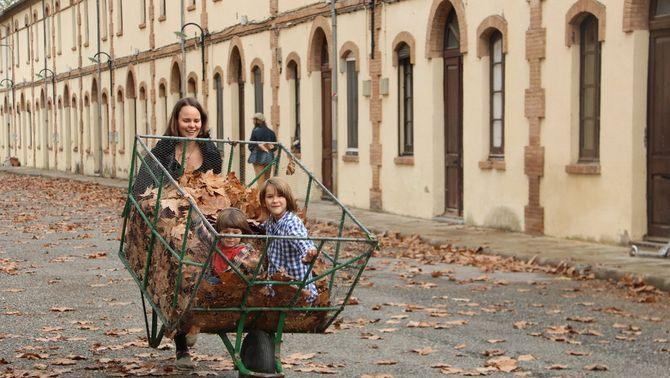 Una antiga colònia tèxtil reviu amb famílies d'una cooperativa que la rehabiliten