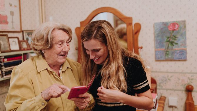 La poetessa gironina Isabel Oliva i la seva neta Georgina Torrado