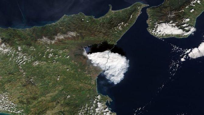 Les noves erupcions de l'Etna cobreixen de cendra pobles de Catània