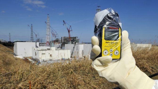 Un tècnic mesura el nivell de radiació a Fukushima (Reuters)
