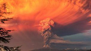 El volcà Calbuco en erupció llança a l'exterior una densa columna de fum visible a molts quilòmetres a la rodona