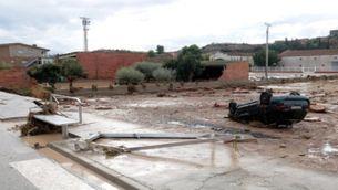 Imatge d'un cotxe arrossegat per l'aigua a Arbeca