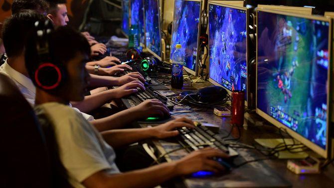 Joves xinesos jugant a videojocs en línia a la província d'Anhui (Reuters)