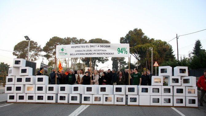 Veïns de Bellaterra tallen la carretera amb urnes per reclamar que s'acati la consulta i la independència de Cerdanyola