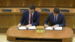 Pedro Sánchez i Albert Rivera, signant l'acord a què han arribat PSOE i Ciutadans