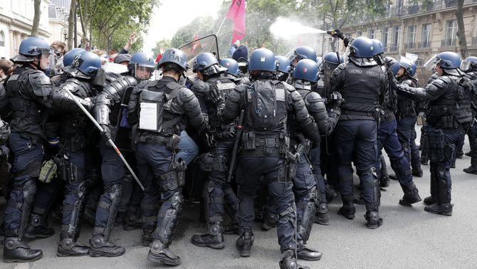 40 ferits i 58 detinguts en una nova protesta contra la reforma laboral a París