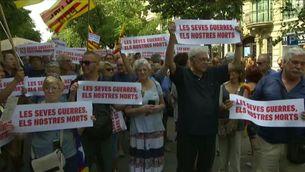 """Una marea blava denuncia a Barcelona la """"hipocresia"""" del rei i el govern espanyol"""