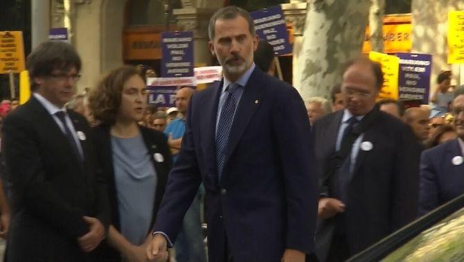 Xiulets i crits per rebre el rei i Rajoy a la manifestació #NoTincPor