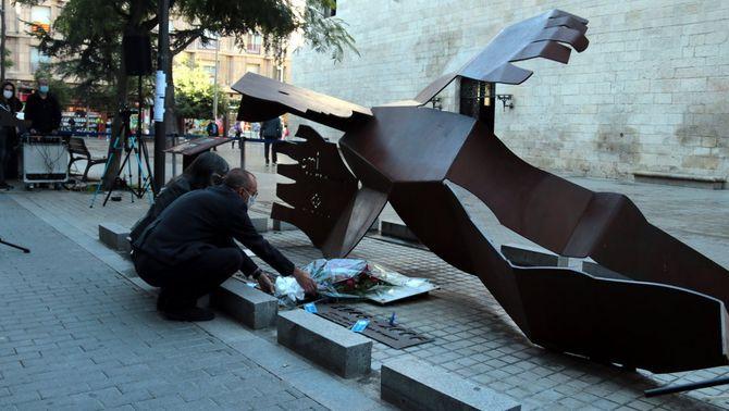 Imatge de l'alcalde de Lleida, Miquel Pueyo, i de la regidora Sandra Castro dipositant un ram de flors al monument en record de les víctimes de…