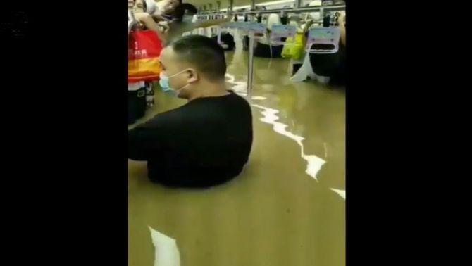 Les pluges torrencials provoquen almenys dotze morts al metro de Zhengzhou, a la Xina
