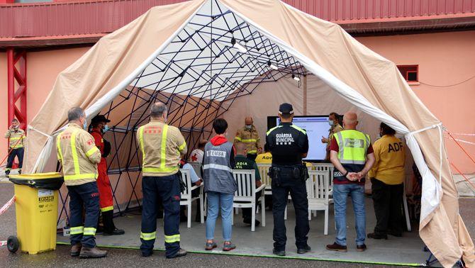 Pla obert de la reunió dels cossos de seguretat amb autoritats al centre de control de l'incendi ubicat a Santa Coloma de Queralt. 26 de juliol…
