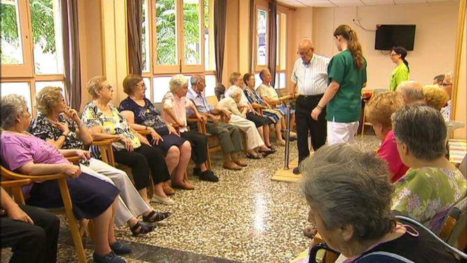 Ancians en un centre concertat d'atenció a la gent gran.