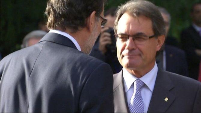 Mas i Rajoy escenifiquen una encaixada de mans davant la premsa abans de l'inici del Fòrum del Mediterrani