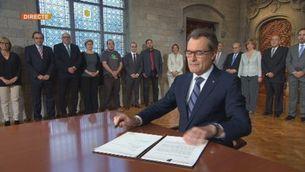 Artur Mas signa la convocatòria de la consulta en un acte institucional