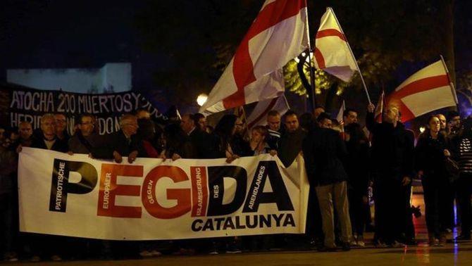 La capçalera de la manifestació de Pegida Catalunya, aquest dimecres a l'Hospitalet (EFE)