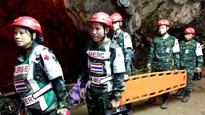 Rescatadors buscant els 12 menors i l'adult atrapats a una cova de Tailàndia (EFE)