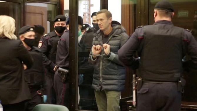 Navalni, emmanillat, a l'arribada al tribunal (Reuters)
