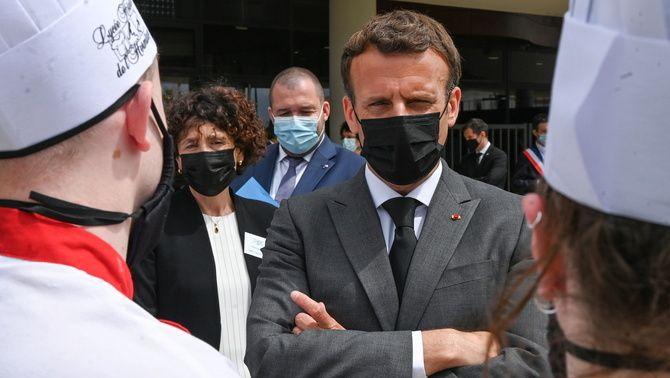 Macron conversa amb dos estudiants d'una escola d'hostaleria al sud del país (Reuters/Philippe Desmazes )