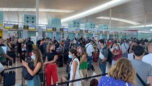 Els taulells de facturació de l'aeroport del Prat, plens de gent