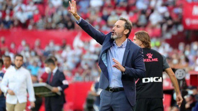 Vicente Moreno dona ordres als seus jugadors