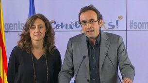 Josep Rull, acompanyat de la dirigent de CDC Mercè Conesa, anunciant que la federació de CiU s'ha acabat