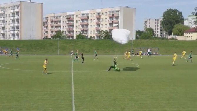 La càmera subjectiva del paracaigudista que va aterrar en un camp de futbol