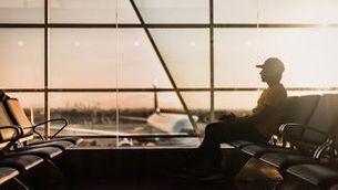 Un turista esperant el vol a l'aeroport