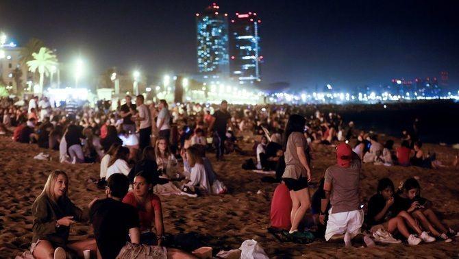 Grups de persones, aquesta nit de Sant Joan, a la platja de la Barceloneta
