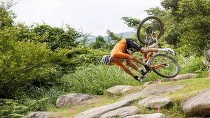Esgarrifosa caiguda de Mathieu van der Poel als Jocs Olímpics de Tòquio