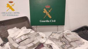 Detingut un jove de 19 anys que intentava passar la frontera a la Jonquera amb més de 50 quilos d'haixix en dues maletes