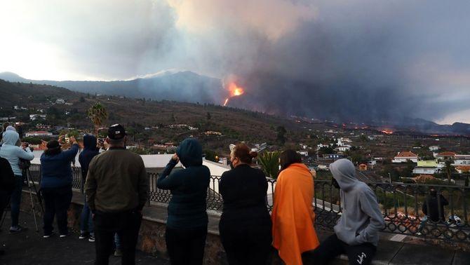 Diverses persones observen l'erupció del volcà, aquest dimarts al matí (EFE/Elvira Urquijo A.)