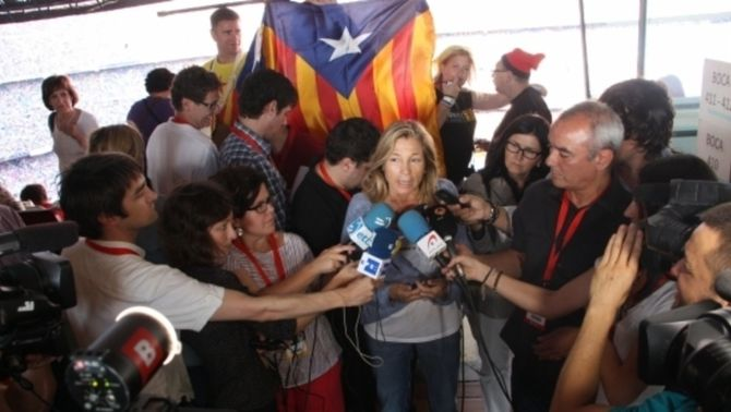 La vicepresidenta del govern, Joana Ortega, atenent els mitjans de comunicació abans del concert. (Foto: ACN)