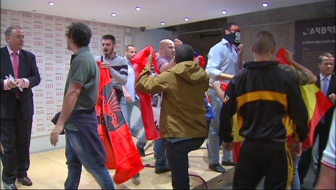 Un grup de falangistes irromp violentament i amb gasos lacrimògens a l'acte de la Diada de la Generalitat a Madrid
