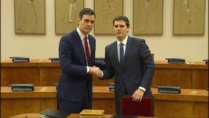 Pacte d'investidura segellat entre Sánchez i Rivera