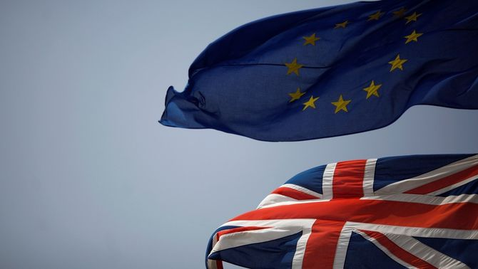 Les banderes de la UE i el Regne Unit onegen a Gibraltar (Reuters)