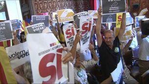 Protestant a la sala de plens, on s'ha aprovat una moció del PSC contra l'1-O