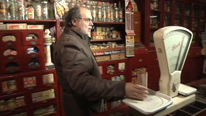 L'historiador local Sisco Farràs a la botiga museu de queviures a Salàs de Pallars
