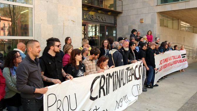 Unes 150 persones donen suport a les portes del jutjat a l'únic detingut pel tall de les vies de l'AVE a Girona el 8N (ACN)