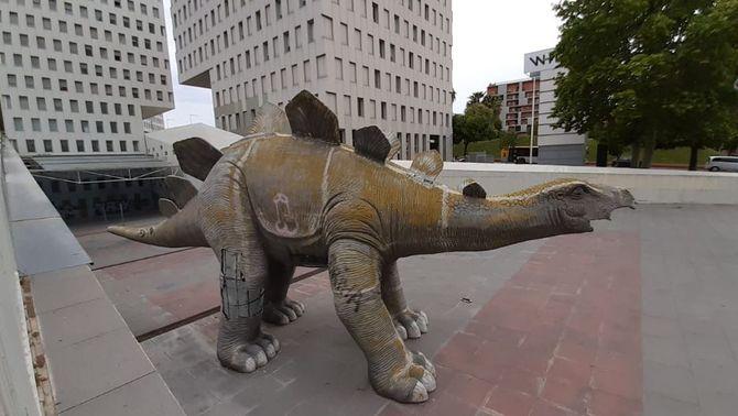 Troben un home mort dins d'un dinosaure de decoració a Santa Coloma de Gramenet