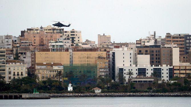 Un helicòpter sobrevolant Ceuta