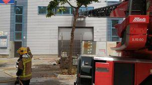 Un bomber mort i tres de ferits en l'incendi d'un taller a Vilanova i la Geltrú