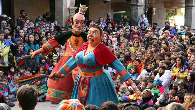 Els Gegants Bojos ballant entre els infants de Solsona (ACN)