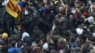 Nou detinguts i un centenar de ferits lleus en la protesta a la delegació del govern