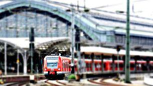 Un tren a l'estació central de Colònia (Pixabay)