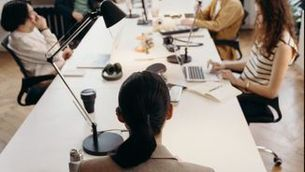 Una dona encapçalant una reunió (Pexels)