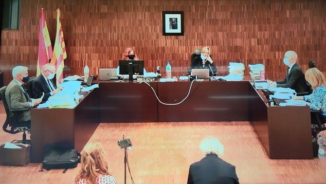 Ildefonso Falcones i la seva dona, d'esquena en la primera sessió del judici per frau fiscal