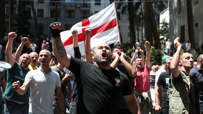 Manifestació contra els col·lectiu LGTBI al centre de Tbilisi el mateix dia que s'havia convocat la Marxa de l'Orgull