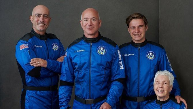 Bezos i la resta de tripulants de la New Shepard: el seu germà Mark, la pilot Wally Funk i l'estudiant milionari Oliver Daemen (@blueorigin)